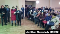 Алатау ауданы әкімі Шахмерден Рыспаевқа әлеуметтік проблемаларын айтуға келген тұрғындар. Алматы, 18 ақпан 2019 жыл.