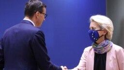 Prim-ministrul polonez Mateusz Morawiecki și președintele Comisiei Europene, Ursula von der Leyen, participă la un summit al liderilor Uniunii Europene la Bruxelles, Belgia, 21 octombrie 2021.