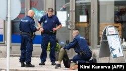 Поліція надає першу допомогу одному з потерпілих у Турку на місці нападу, фото 18 серпня 2017 року