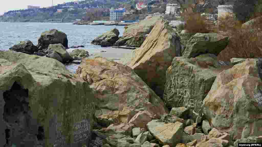 Соседние каменные глыбы у берега расписаны в основном тривиальными откровениями