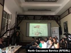 На слайде красным выделены те места, куда, по словам правозащитников, не зашел следователь при осмотре территории полка