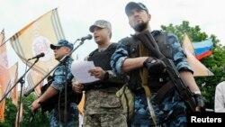Валерій Болотов (в центрі), Луганськ, 12 травня 2014 року