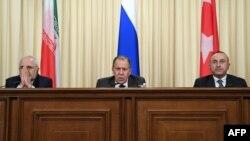 Түркия, Ресей және Иран сыртқы істер министрлері (солдан оңға қарай) Мевлют Чавушоглу, Сергей Лавров және Мохаммад Жавад Зариф. Мәскеу, желтоқсан 2016 жыл.