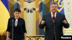 Украина президенті Петр Порошенко (оң жақта) және Надежда Савченко. Киев, 25 мамыр 2016 жыл.