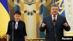 Президент Украины Петр Порошенко и Надежда Савченко. Киев, 25 мая 2016 года.