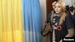 Yevgenia Tymoshenko, e bija e Yulia Tymoshenkos, gjatë votimit të djeshëm për zgjedhjet parlamentare në Dnipropetrovsk