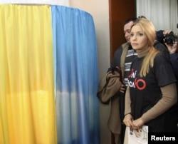 Həbsdəki müxalifət lideri Yulia Tymoshenkonun qızı Yevgeniya Dneprepetrovskda səs verir, 28 oktyabr 2012
