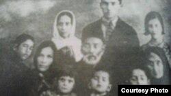 Seyid Əzim Şirvaninin oğlu Mir Cəfər onun arvadı Seyid Bikə və övladları, 1935-ci il.