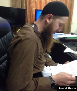 In the most recent reported image of Umar al-Shishani, he appears thinner than he has in previous photographs.