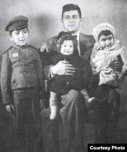 Yazıçı Anar (solda) ailəsi ilə birlikdə