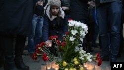 Люди поминают погибших в результате взрыва в петербургском метро. Сенная площадь в Санкт-Петербурге. 3 апреля 2017 года.