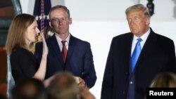 În prezența președintelui american Donald Trump, Amy Coney Barrett depune jurământul după ce a fost confirmată ca nou judecător pe viață la Curtea Supremă americană, Washington, 26 octombrie 2020.