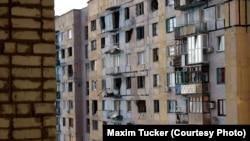 Ілюстративне фото. Пошкоджений внаслідок обстрілів багатоповерховий будинок в Авдіївці. Квітень 2016 року