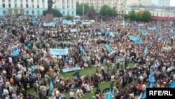 В День памяти о жертвах депортации 18 мая раньше в Крыму проходили марши и многотысячные митинги. Фото из архива Радио Азатлык. 2010 год