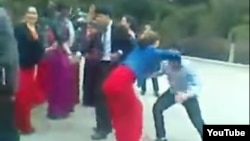 """Özlerini """"çyraçy gyzlar"""" diýip atlandyrýan türkmen gyzlarynyň oglanlar bilen tans edip duran pursaty."""