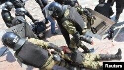 Улуттук гвардиянын жарадар жоокерин жолдоштору сүйрөп баратышат. Киев, 31-август 2015.