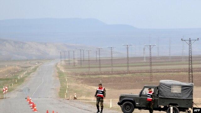 Turkey -- Turkish soldiers stand guard on a road at Dogu Kapi border gate with Armenia, in Kars, Akyaka province, 15Apr2009