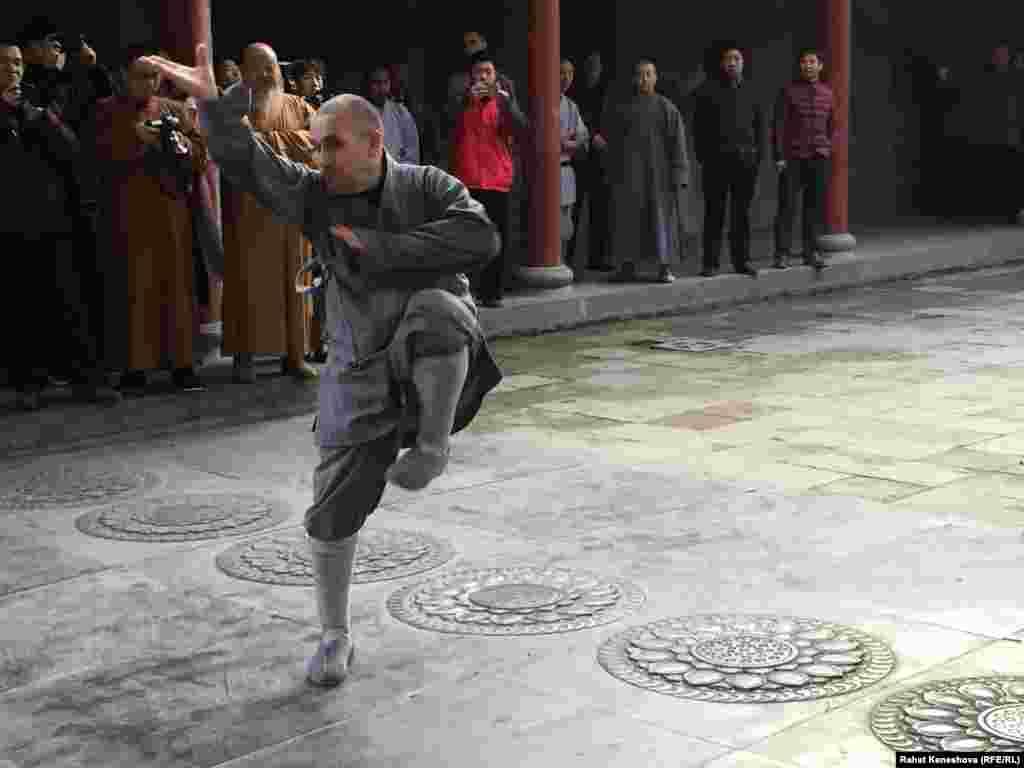 В 1994 году шаолиньским монахом в 34-м поколении Ши Яньмином в США был основан шаолиньский храм. В этом храме широкому кругу людей преподаётся философия чань-буддизма посредством боевых искусств или медитативных техник, таких как: кунгфу, тайцзицюань и цигун. Среди учеников присутствуют такие известные личности, как Уэсли Снайпс. Этот парень выступал перед делегацией Кыргызстана. Он из России.