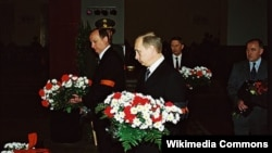 Н. Патрушев и В. Путин на похоронах коллеги Г. Угрюмова в 2001 году