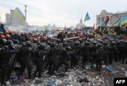 Шерішулер мен полиция қақтығысы. Киев, 11 желтоқсан 2013 жыл.