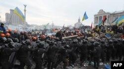 11 dekabr kuni Kiyevning Mustaqillik maydonida namoyishchilar bilan politsiya to'qnashdi.