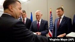 Міністр оборони США Джим Маттіс (в центрі) та міністр оборони України Степан Полторак (ліворуч) у штаб-квартирі НАТО в Брюсселі, 7 червня 2018 року