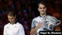 Роджер Федерер (п) та Рафаель Надаль після переможного для швейцарця фіналу відкритого чемпіонату Австралії, архівне фото, 2017 рік