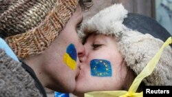 Ukraine -- Students kiss as they stand on a street to form a human chain from the Ukrainian capital to the western border during a demonstration in support of EU integration on Independence Square in Kyiv, November 29, 2013