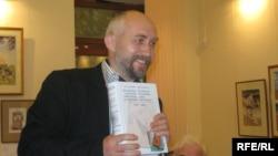 Юры Гарбінскі з сваёй кнігай.<br />