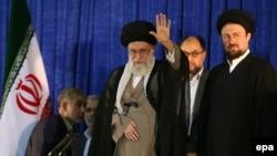 Ayatollah Ali Khamenei (ortada)