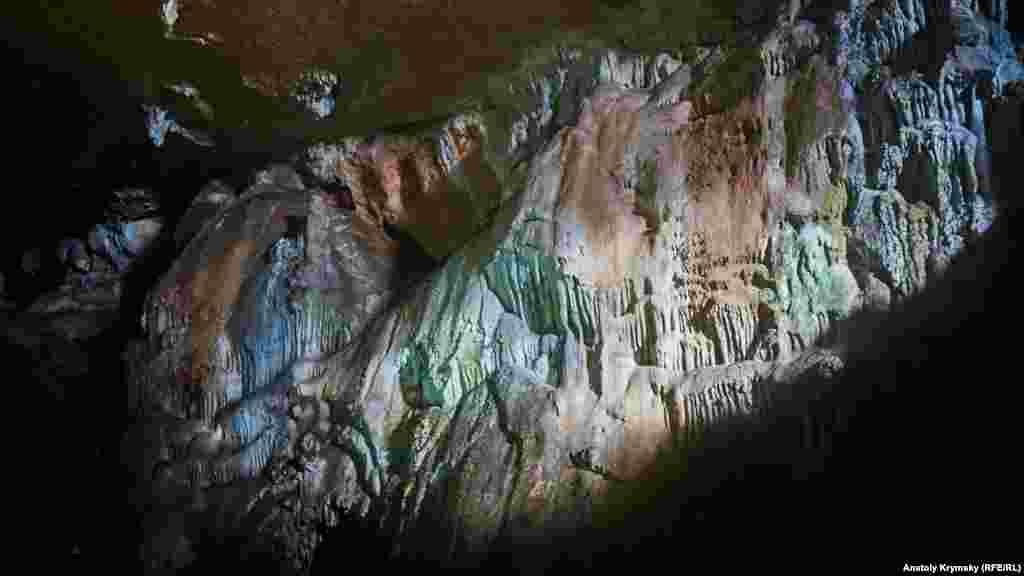 Сталактиты древней пещеры