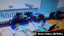 Прокуроры Касым Сыдыков (слева) и Марат Хабибуллин в суде над гражданскими активистами Максом Бокаевым и Талгатом Аяном, обвиняемыми в организации несанкционированного митинга в Атырау против инициированной правительством земельной реформы. Атырау, 4 ноября 2016 года.