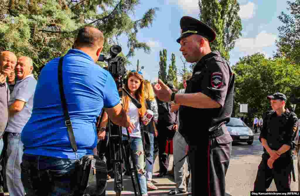 Полиция журналистларга да кулга алу белән яный.