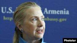 Պետքարտուղար Հիլարի Քլինթոնը Հայաստանում Միացյալ Նահանգների դեսպանատանը, Երեւան, 4-ը հունիսի, 2012թ.