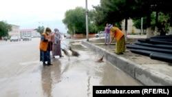 Дворники Ашхабада вручную осушают улицы от дождевой воды (архивное фото)