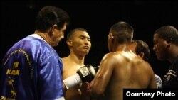 Қанат Ислам мен Фидель Монтеррос Муньоспен кездесуі. Колумбия, 7 тамыз 2014 жыл. Сурет боксшының жеке мұрағатынан алынды.