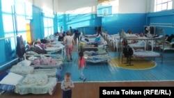 Временно размещенные жители Атырау после потопа в спортзале школы № 27. 18 мая 2015 года.