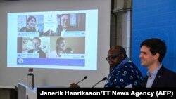 Directorul executiv al Fundației Right Livelihood anunță la o conferință de presă laureații pe 2017 ai premiului
