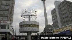 """Площадь Александерплац в Берлине, где расположены """"Часы мирового времени""""."""