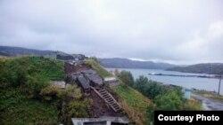 Рухнувший памятник подводникам в Лиинахамари