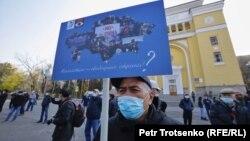 Митингіге қатысушы Қытай экспансиясына қарсы жазу ұстап тұр. Алматы, 31 қазан 2020 жыл.
