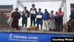Награждение победителей первенства по укрощению скакунов в Монголии. Третий слева — Женисбек Серикулы.
