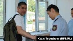 Предприниматель Искандер Еримбетов (слева), обвиняемый по делу «о мошенничестве», в Медеуском районном суде по уголовным делам. Алматы, 18 июля 2018 года.