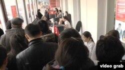 СМС-хабар тарағаннан кейінгі банктегі кезек. Алматы, 18 ақпан 2014 жыл. (Көрнекі сурет)