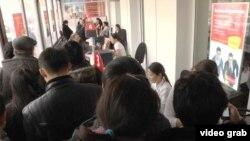 Kaspi bank бөлімшесіндегі салымдарын қайтарып алуға келген жұрт. Алматы, 18 ақпан 2014 жыл.