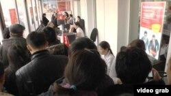 Вкладчики выстроились в очередь в одном из отделений Kaspi bank. Алматы, 18 февраля 2014 года.