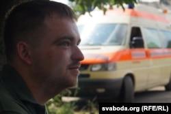 Адзін з удзельнікаў эвакуацыйнай брыгады на фоне «Ратаўніцы»