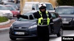 Пътен полицай регулира трафика в Капара преди седмица