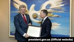 Президент України Петро Порошенко (ліворуч) і спецпредставник Сполучених Штатів Курт Волкер, який вручив керівнику Української д