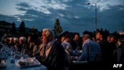 Vrijeme iftara (objed tokom svetog mjeseca ramazana) u Kačaniku, juni 2015.